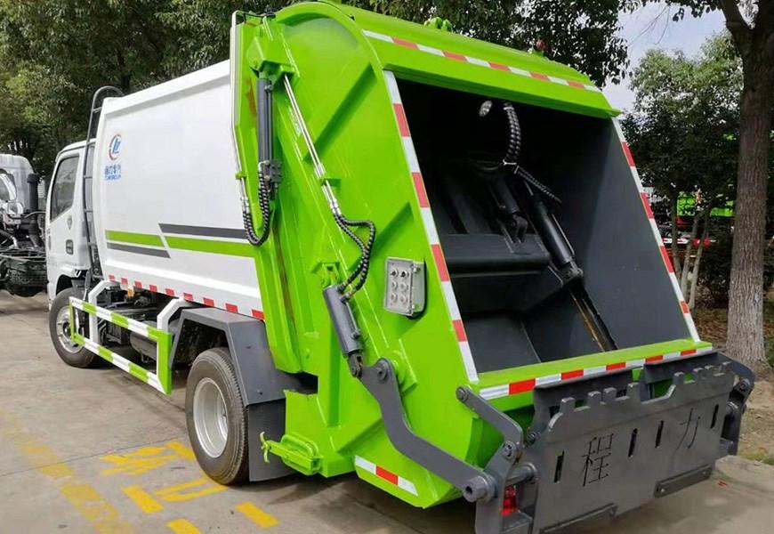 东风多利卡5方压缩式垃圾车